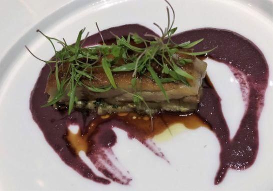 メイン料理はローマ風乳飲み豚のポルケッタ 赤チコリのクリーム 燻製したナス ヴィンコット