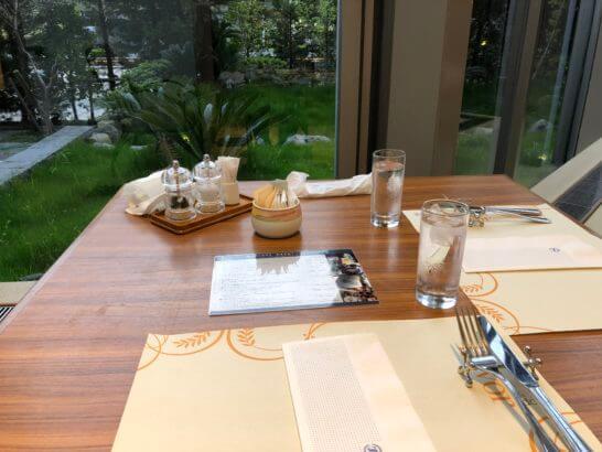 神戸ベイシェラトンのガーデンカフェのテーブル