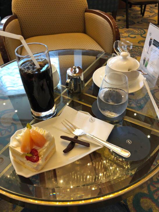 横浜ベイシェラトンホテル&タワーズのロビーラウンジのアイスコーヒー&ケーキセット