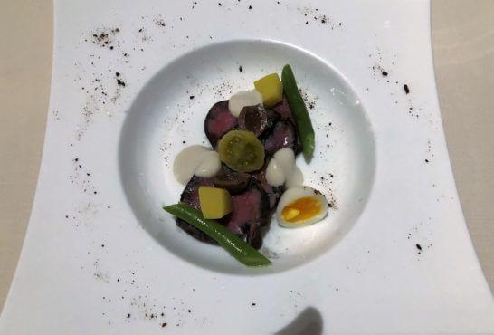 牛肉の低温調理 アンチョビマヨネーズ うずらの卵 インゲン 赤玉ねぎのパウダー