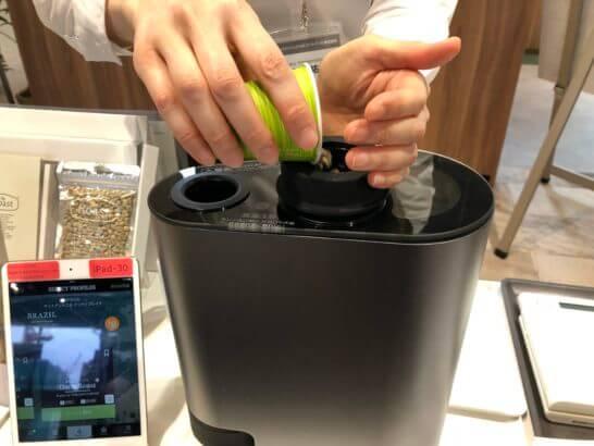 The Roastの生豆を焙煎機に入れるシーン