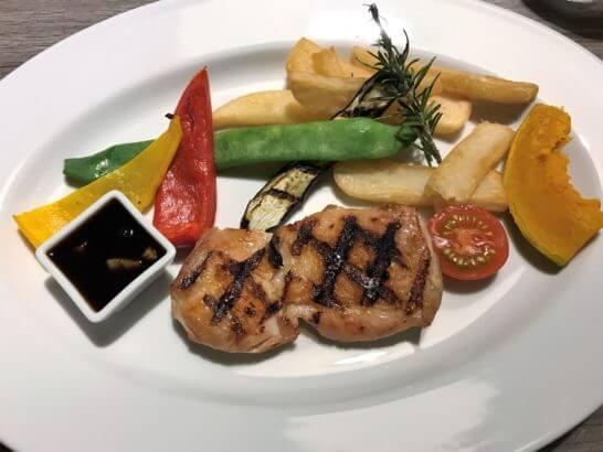 マリオット修善寺のディナーのメイン料理(チキン)