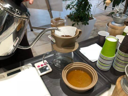 The Roastで焙煎したコーヒー豆をドリップするシーン