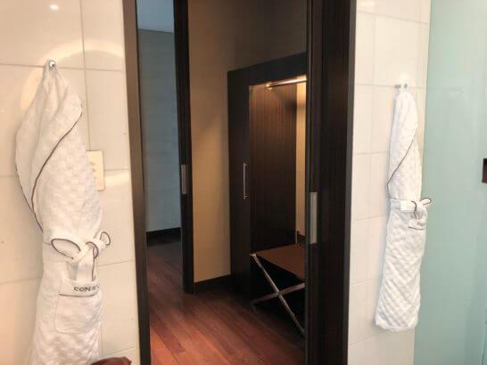 コンラッド東京のスイートルームのクローゼット・バスローブ