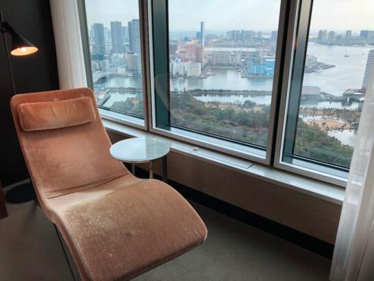 コンラッド東京のスイートルームのソファーベッドと窓からの眺め