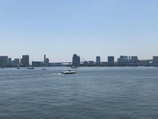 お台場・浜松町の湾岸をクルージングする船