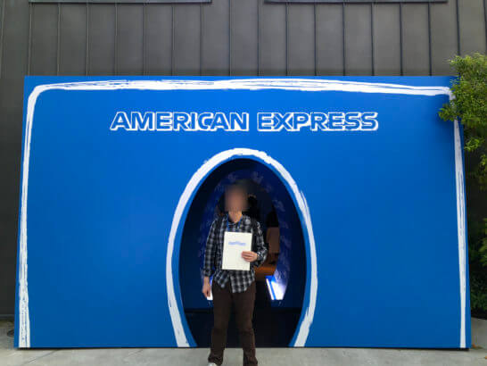 アメックスのイベント「#AmexLife」の会場入り口とまつのすけ