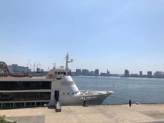 港に停船する船