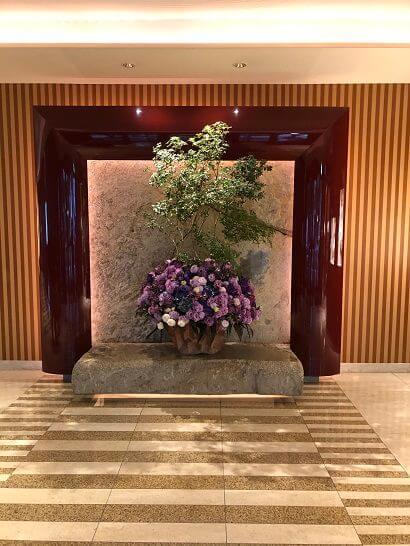 ペニンシュラ東京の入り口の花