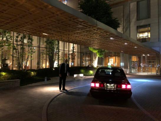 東京アメリカンクラブに停車するタクシー