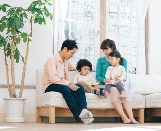 住宅で過ごす家族