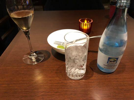 横浜ベイシェラトンホテルのクラブラウンジのスパークリングワイン、スパークリングウォーター