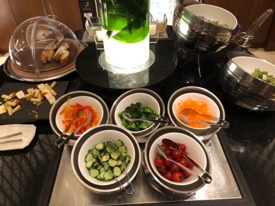 横浜ベイシェラトンホテルのクラブラウンジのサラダ、チーズ類