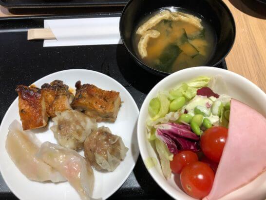 サクララウンジ 羽田空港 国際線のサラダ・ホットミール・味噌汁