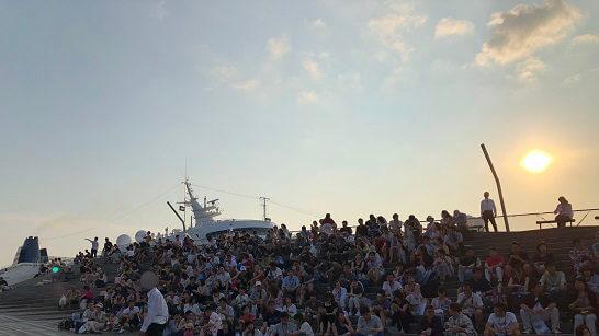 アメックスの横浜花火大会のコンサートの観客