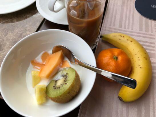 横浜ベイシェラトン ホテルのクラブラウンジの朝食(フルーツとヨーグルト)