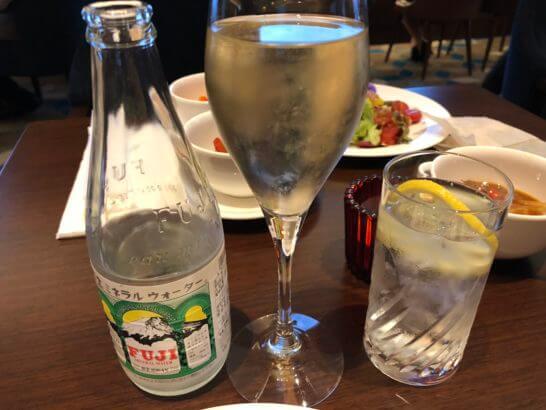 富士ミネラルウォーターとスパークリングワイン