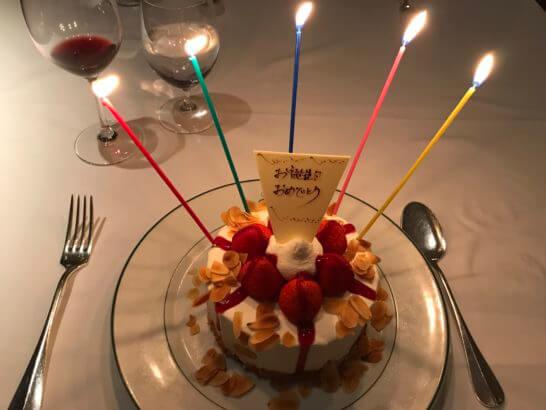 ハッピーバースデーのケーキ