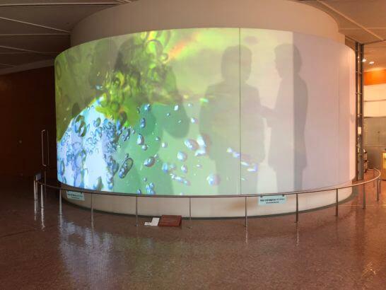 国立国際美術館のスクリーン