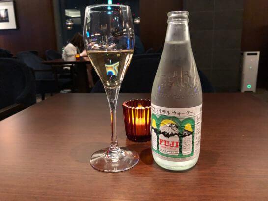 横浜ベイシェラトンホテルのクラブラウンジのスパークリングワイン、富士ミネラルウォーター