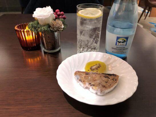 横浜ベイシェラトン ホテルのクラブラウンジの炭酸水・お菓子