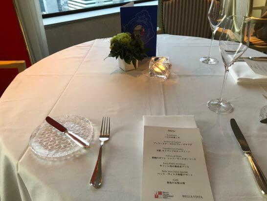 ホテルニューオータニのベッラ・ヴィスタのテーブル