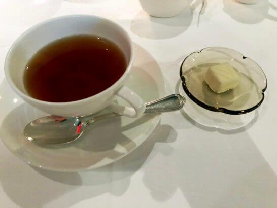 ホテルニューオータニのベッラ・ヴィスタの紅茶と小菓子