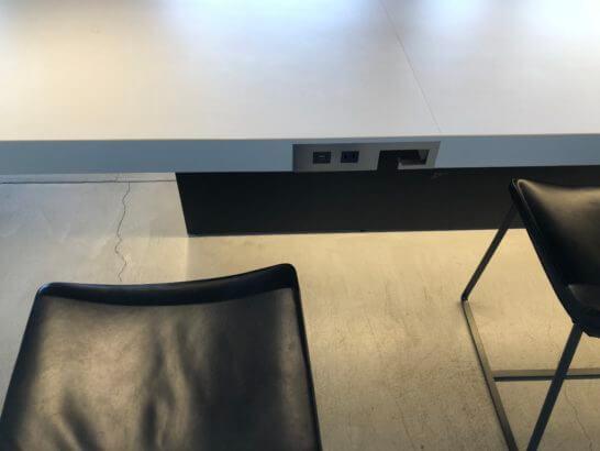 羽田空港のパワーラウンジ サウスの電源コンセントがある席