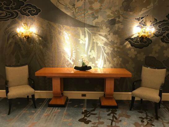 ザ・リッツ・カールトン東京の廊下の椅子