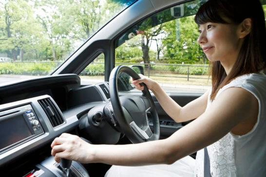 ドライブで運転する女性
