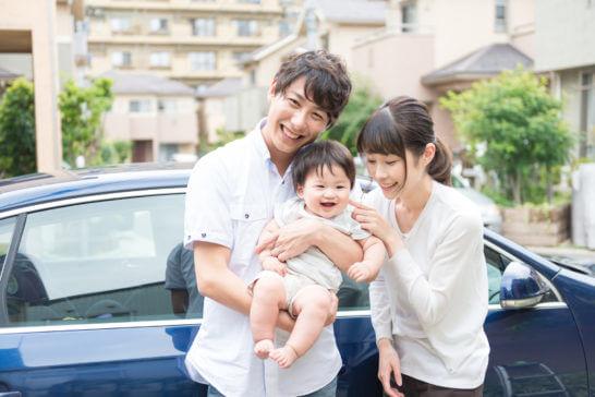 自動車でドライブに出かける家族