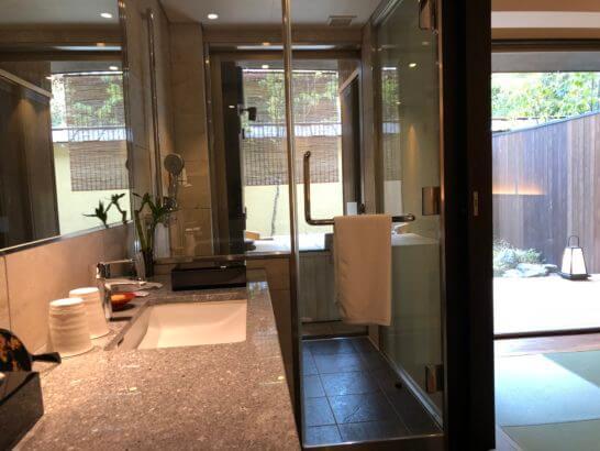 翠嵐ラグジュアリーコレクションホテル京都の洗面台・シャワールーム・客室露天風呂・庭