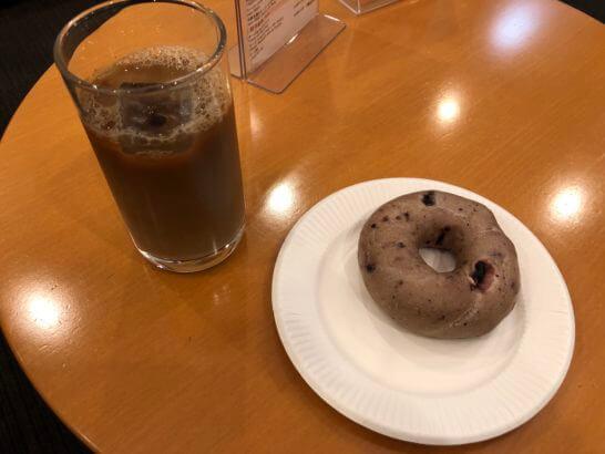 羽田空港のエアポートラウンジのベーグルとアイスコーヒー