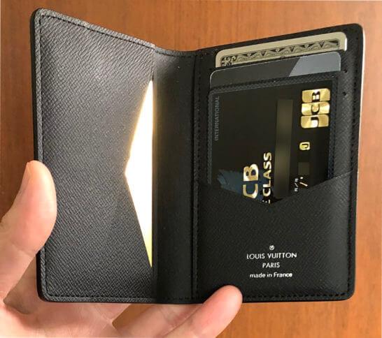 カードケースに入れた4枚のブラックカード