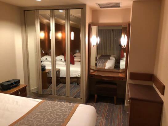 ロイヤルパークホテルのデラックスツインルームのクローゼット・鏡・収納デスク
