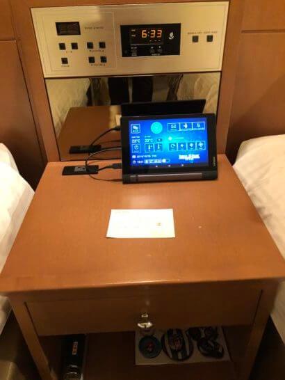 ロイヤルパークホテルのデラックスツインルームのベッドサイドの音楽・照明・空調などの操作機器