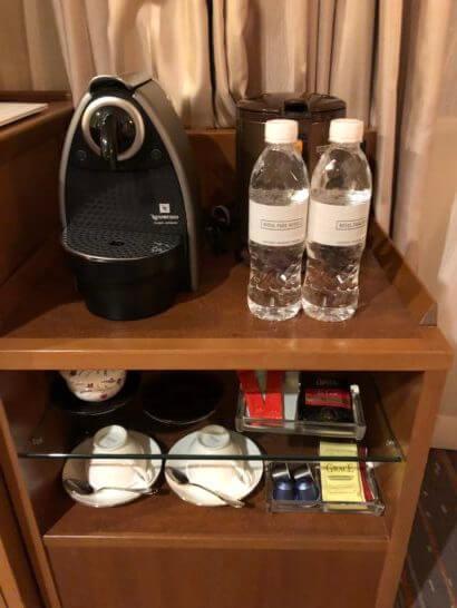 ロイヤルパークホテルのミネラルウォーター2本、カプセルコーヒー4個、お茶類