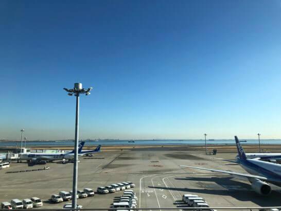 羽田空港に駐機するANAの飛行機