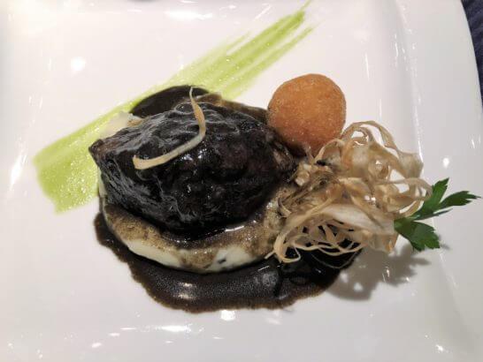 鹿児島黒毛和牛の赤ワイン煮 黒酢、黒ゴマ風味、トリュフ入りのじゃがいものピューレを添えて