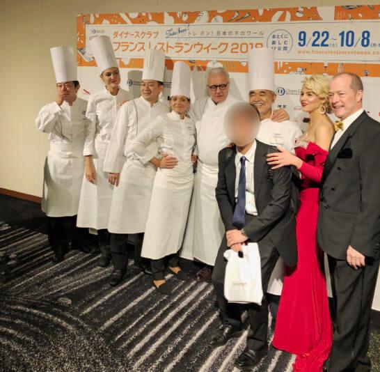 ダイナースクラブ フランスレストランウィークのガラディナーのシェフとまつのすけの記念撮影