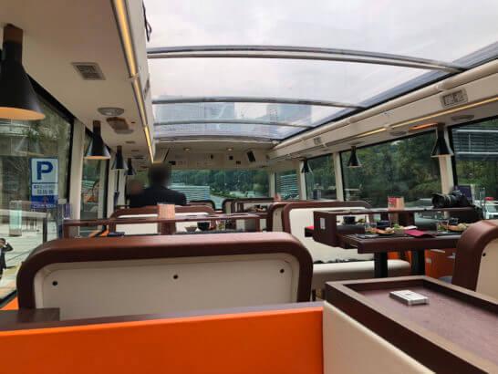 東京レストランバスの車内(前方)