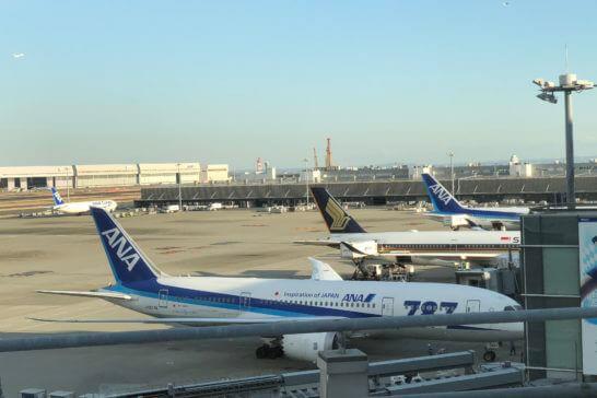 羽田空港国際線ターミナルに駐機するANAの飛行機