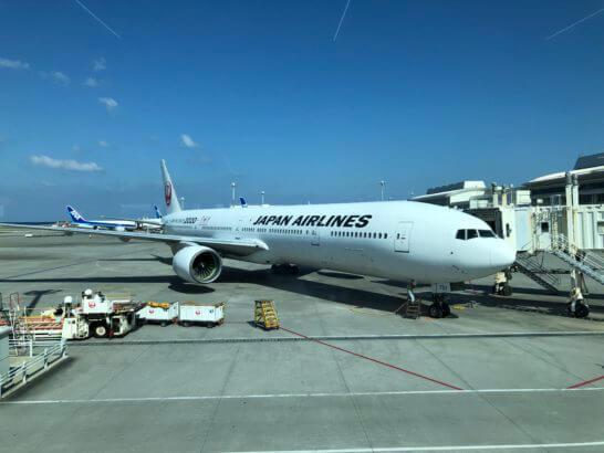 那覇空港に駐機するJALの飛行機