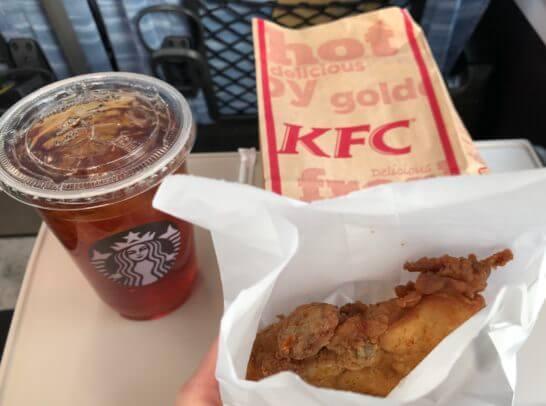 スターバックスの紅茶とケンタッキーフライドチキン