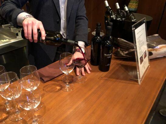 ソーシャルアワーでワインを注ぐスタッフ
