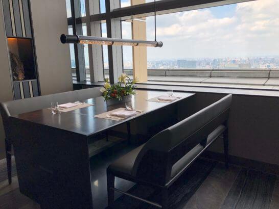 ザ・リッツ・カールトン東京のタワーズのテーブル(入り口近辺)
