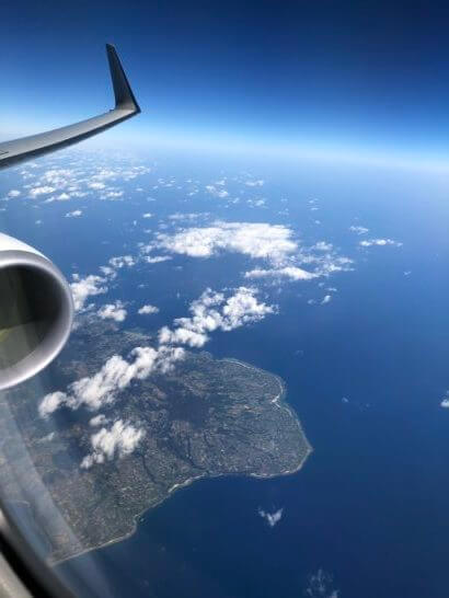 飛行機のエンジンと那覇空港近辺の海・空飛の地平線