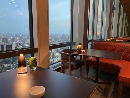アンダーズ東京のラグジュアリーラウンジアワーのテーブル