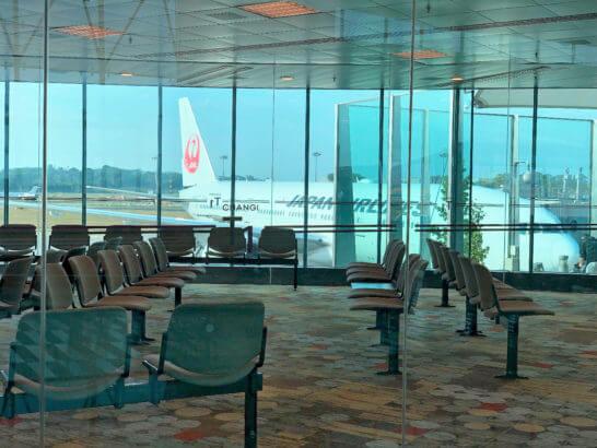 シンガポール・チャンギ国際空港に駐機するJALの飛行機