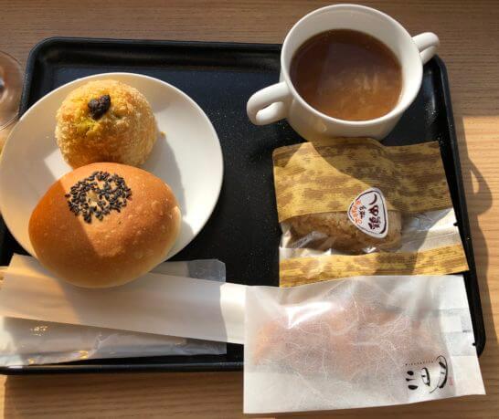 福岡空港のダイヤモンド・プレミアラウンジのパン・おにぎり・お菓子・スープ